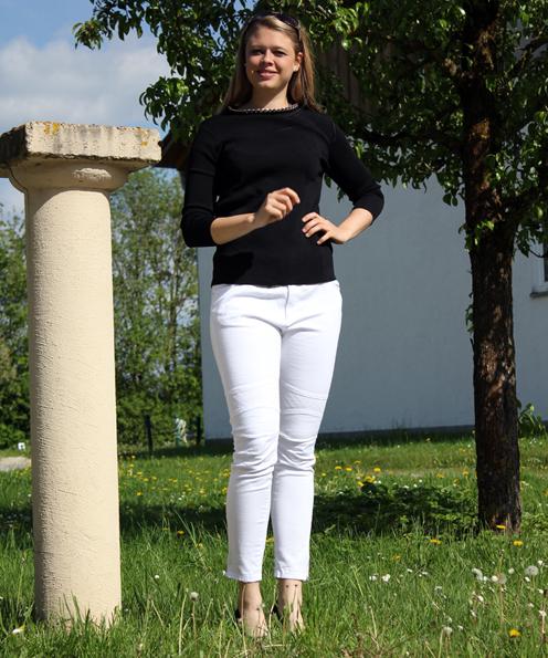 Black and White: Edel-lässig ist das Outfit aus weißer 7/8 Hose mit Abnähern im Biker-Stil  von Primark (17,00 €) und schwarzem Oberteil mit Kettendekor von Zara (39.90 €). Sonnenbrille von Primark (3,50 €).