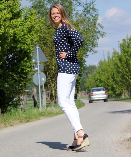 Blue and White: Sportlich wirkt die gleiche Hose mit anderem Oberteil: hier einem gepunktetem Pullover von H&M aus Baumwolle, Modal und Leinen (19,95 €).