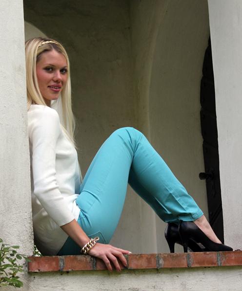 Julias türkisblaue Röhrenjeans ist ebenfalls von Only by Vero Moda (ursprünglich 29,90 €, zusammen mit der pinkfarbenen Hose vom vorhergehenden Bild zusammen für 10,00 €, also 5,00 € pro Hose!). Das weiße Top mit Kettendekor ist von Zara (39,90 €). Die Lederpumps gibt es bei Deichmann (39,90 €).