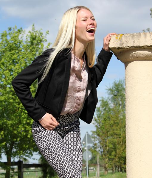 Rautenhose Business Class: Businesstauglich wird die Hose, wenn man sie mit kragenloser roséfarbener Bluse mit Biesen von H&M (19,95 €), und einem schmalgeschnittenen schwarzen Blazer, ebenfalls von H&M, kombiniert (29,95 €).