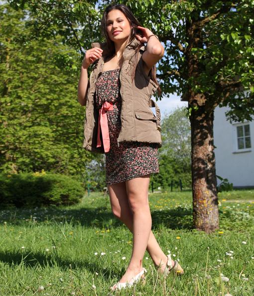 Mit der taillierten Weste mit Gürtel und vielen schönen Details wie Abnähern und goldenen Reißverschlüssen von Primark (18,00 €) bekommt das gleiche Kleid einen lässigen Festival-Look.