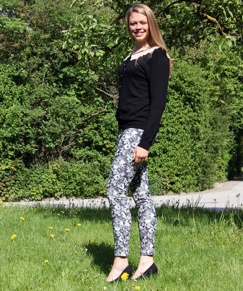 Brav im modernen Romantik-Look: Die Jeggins mit schwarz-weißem Blumenmuster ist von H&M (14,95 €). Dazu eine Viscose-Strickjacke mit Spitzenkragen, auf den Perlen- und Strass gestickt wurden (16,00 €).