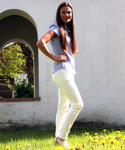 Sommerlich in hellblau und weiß: Die blaue Kurzarmbluse aus stretchigem Webstoff und leicht gepufftem Arm ist von H&M (14,95 €) und auch in weiß erhältlich. Die elegante weiße  Slim-Fit-Hose mit Elastan-Anteil ist von Mango (29,90 €). Es gibt sie außerdem in schwarz, dunkelblau und beige.
