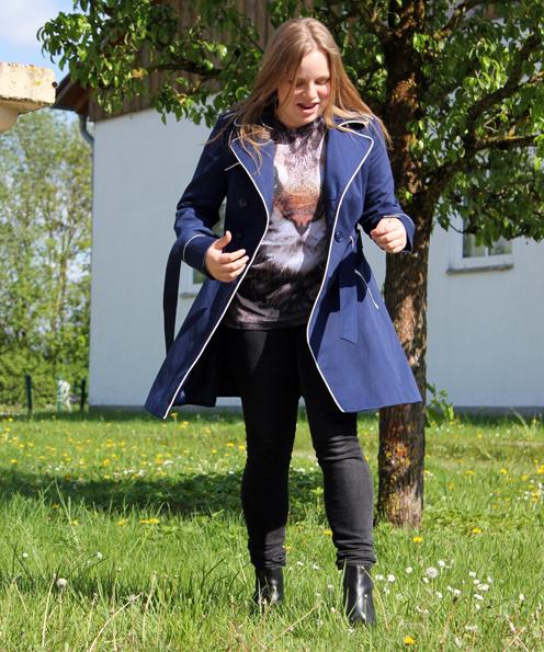 Der blaue Kurz-Mantel im Trenchcoat-Stil mit weißen  Paspeln (auch in anderen Farben erhältlich) von Primark (31,00 €). Dazu trägt Antonia Stiefeletten mit Blockabsatz und dicker Sohle aus echtem Leder von H&M (59,90 €).