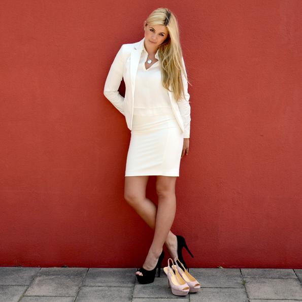 Chrissie trägt ein sommerliches Kostüm von Mango (Blazer 39,99 €, Rock 25,99 €). Das Oberteil aus Viscose ist von Zara (39,90 €).
