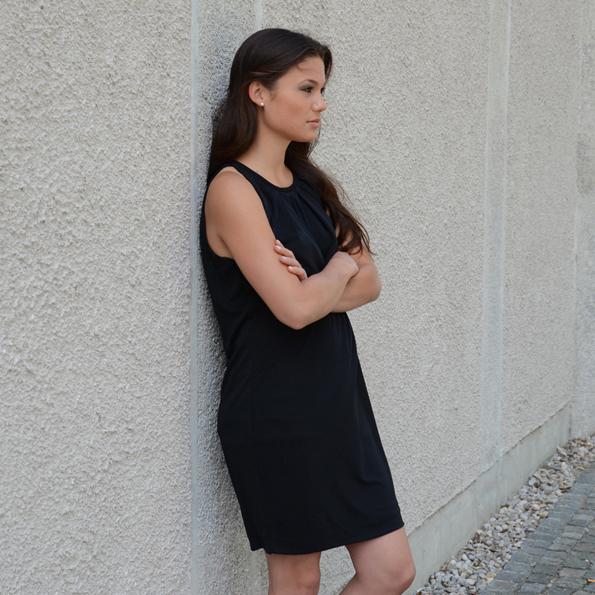 Jessika trägt ein schwarzes Hängerkleid von Mango (auch noch in vielen weiteren Farben erhältlich, (49,95 €).